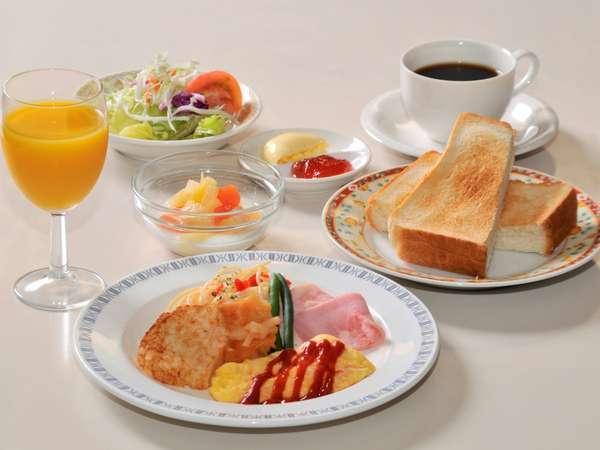 新鮮な野菜サラダや卵料理、ヨーグルトなど栄養バランスに配慮したメニュー
