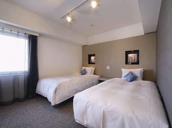 ツインルームのベッドは、シモンズ社製マットレス使用の幅120cmで快適