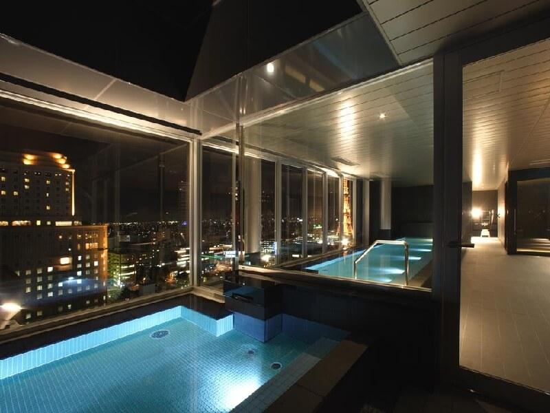 最上階の大浴場。札幌の夜景を眺めながらリラックスできる