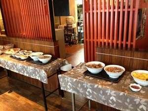 ホテル1階にある中華料理店で楽しむ、約20種類ほどの朝食バイキング