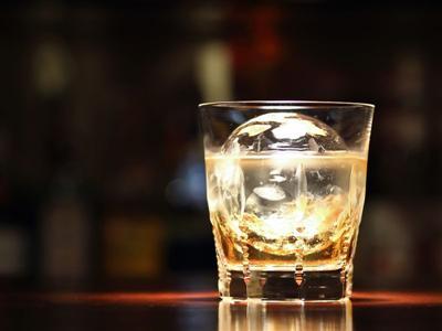 カクテルやウイスキー、ブランデーと種類豊富なバー「メープル」
