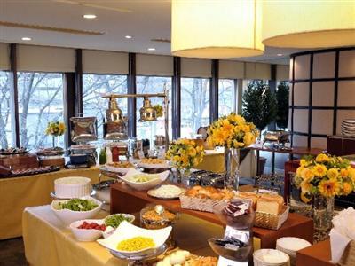 朝食は武藏窯で焼いたロース肉や焼きたてパンが人気