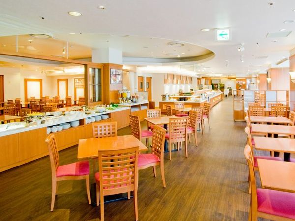 朝食は良く光が入るレストランにて