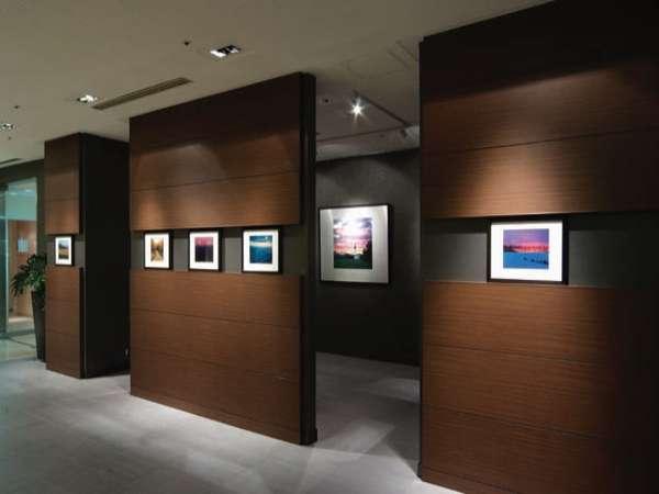 1F ロビー フォトギャラリーコーナーには写真家の作品が並ぶ