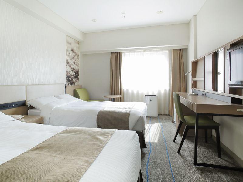 シンプルながら機能的なお部屋で快適な滞在を楽しめる