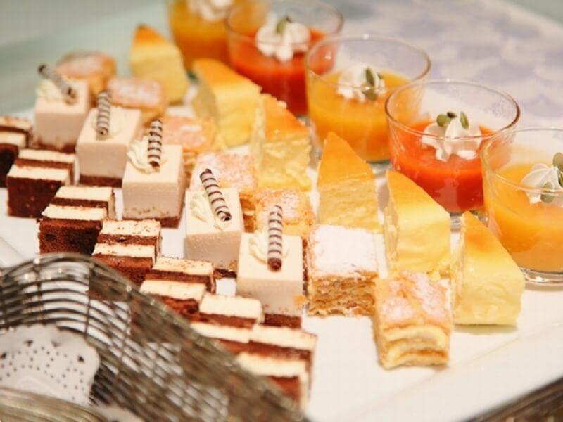 「ピアレ」ではガーデンを眺めながらパティシエ特製のケーキを味わえる