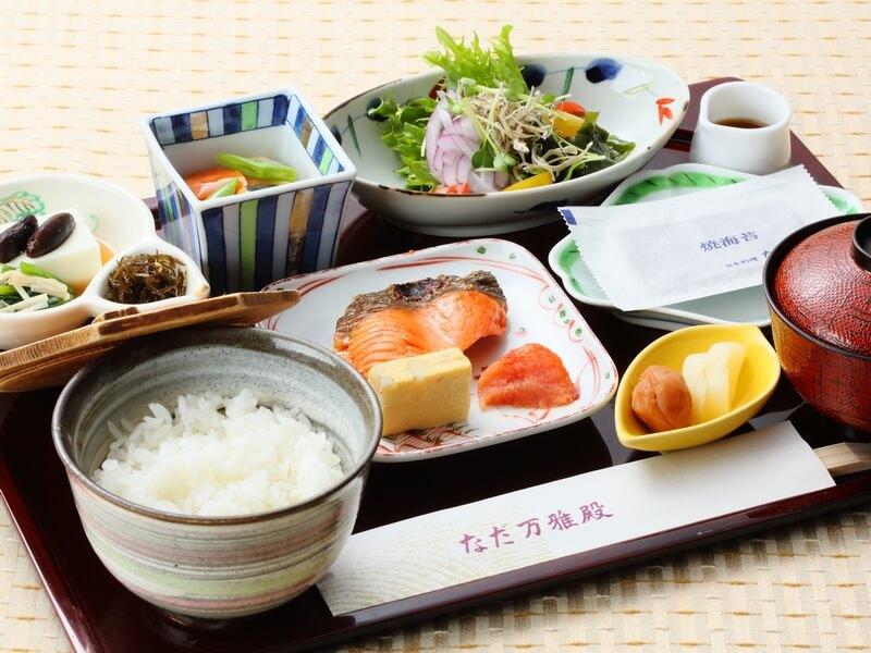 朝食はブッフェの他、老舗料亭「なだ万」の和定食も味わえる