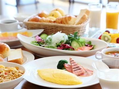 窓からの爽やかな日差しとともに楽しめる、約50品が並ぶブッフェ朝食