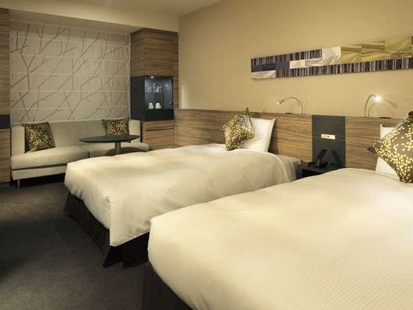 リビングルームのような広さを確保した客室