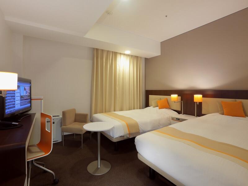 部屋サイズはコンパクトだが、清潔感溢れるスタンダードツインルーム