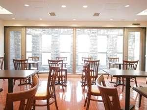 朝食会場は大きな窓から光が差し込む明るいフローリング造りの空間