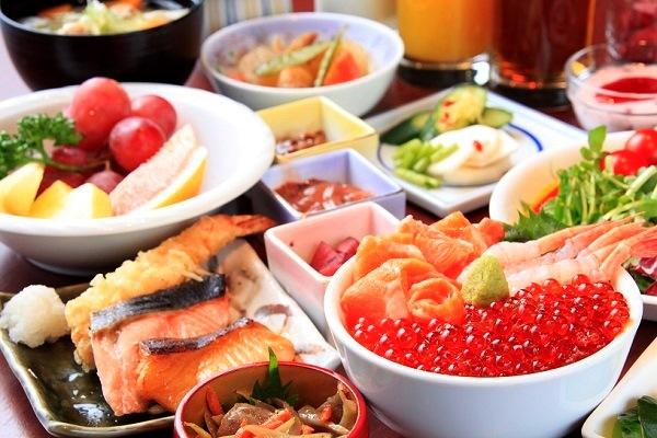 いくらや甘えびなどが盛り放題の海鮮丼を作れる朝食バイキングが好評