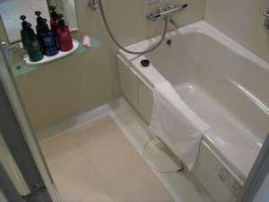 客室の洗い場付きのバスルームでゆったり湯船に浸かってリラックス