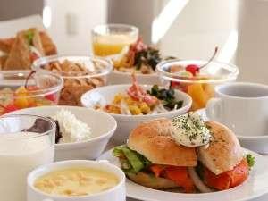 朝食は、ベーグルかブラウンサンドイッチのチョイスのセミバイキング