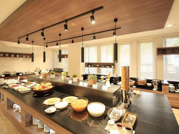 朝食には北海道産の食材を使用したメニューが並ぶ