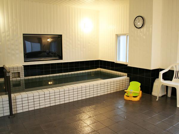 大型50インチテレビをみながら過ごす事ができる大浴場