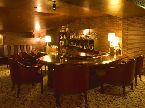 会話とお酒を楽しめるバーは、ピアノ生演奏もある大人な空間。