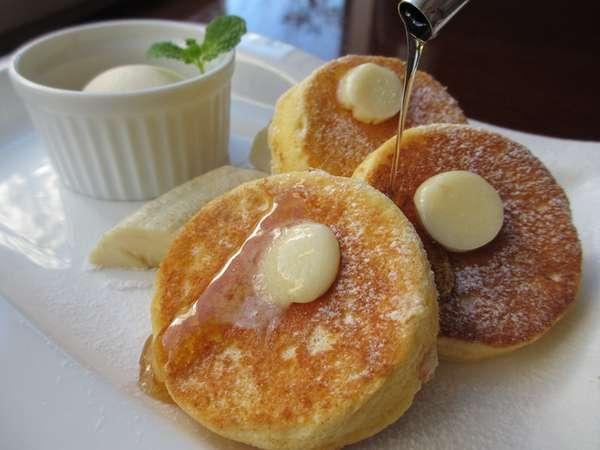 朝食は、ミニサイズのニューオータニ名物パンケーキが食べ放題