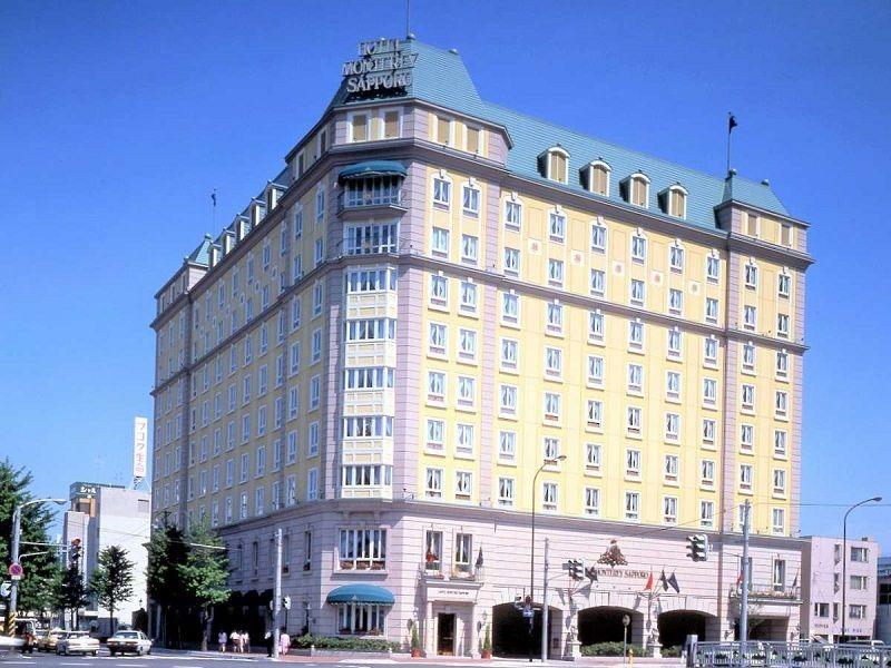 イエローカラーが印象的な外観。英国の雰囲気漂うホテル