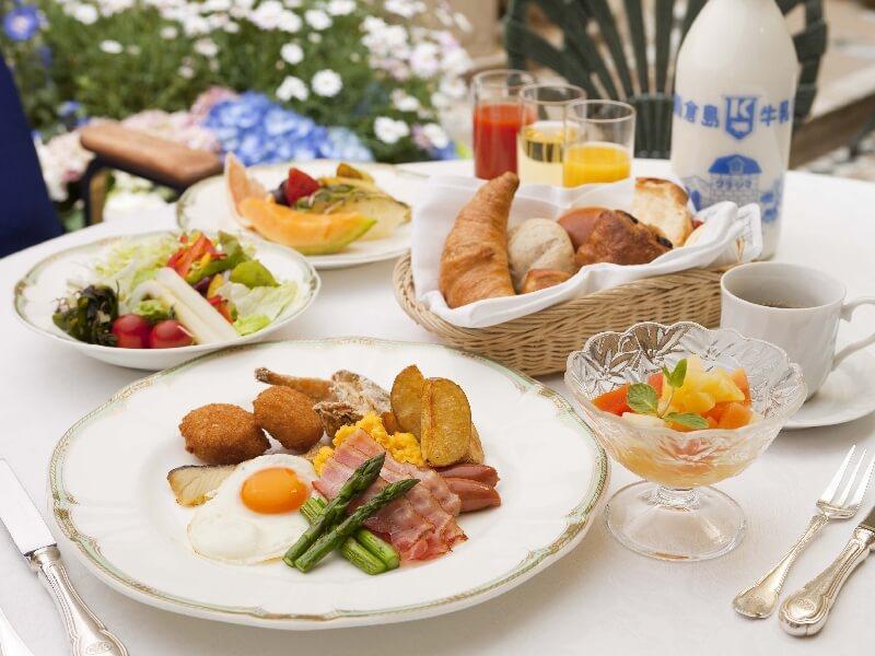 朝食は和洋バイキング。たらこや鰊の飯寿司など北海道らしいものも