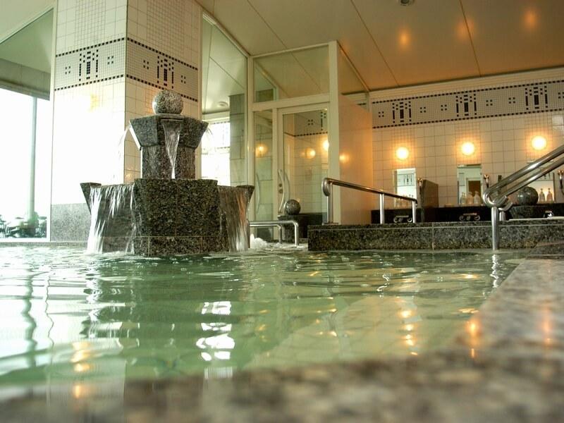 ホテル14階には天然温泉「カルロビバリスパ」完備
