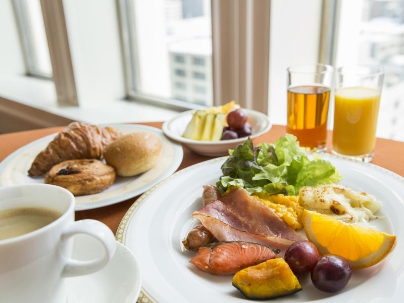 朝食は和洋60品以上のバイキング形式
