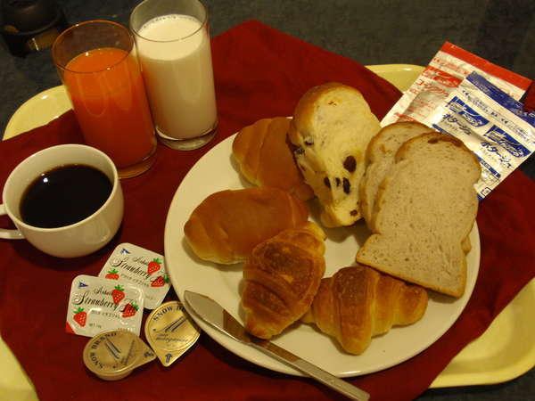 品数は多くないが、パンと野菜ジュース、カップスープのシンプルな朝食