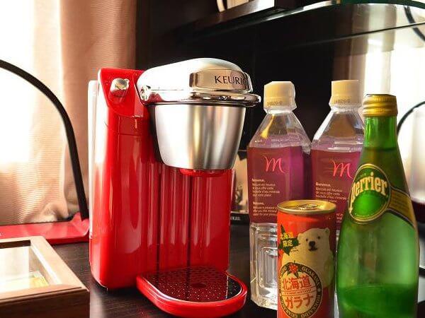プリビレッジルームにはコーヒーマシンと、冷蔵庫内にはドリンクもある