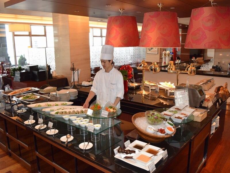 朝食は北海道食材を使用した和洋食ブッフェで、日替わりメニューも充実