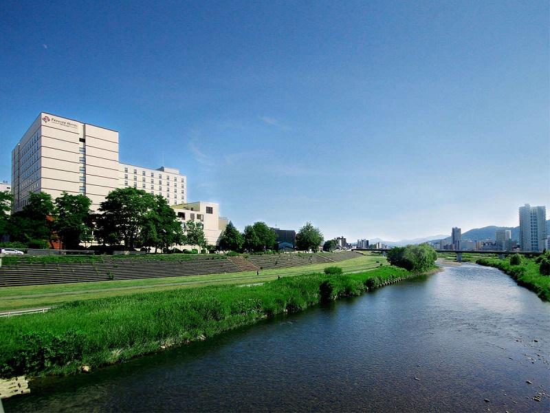 ススキノエリア隣接ながら、豊平川を望む眺めの良いホテル