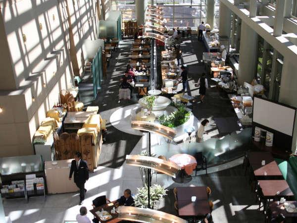 朝食会場は天井4階までの高さ。吹き抜けの気持ち良い空間