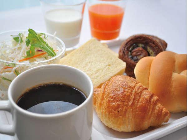 パン、お飲物、生野菜サラダの軽朝食は全て無料サービス