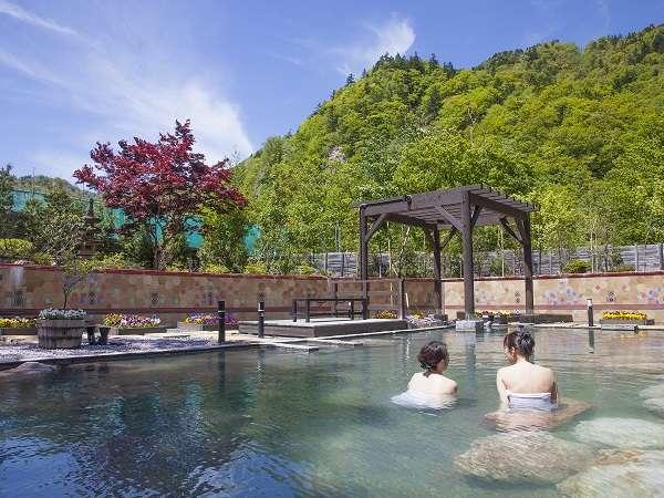 季節を彩る花々に包まれる定山渓一の 大露天風呂