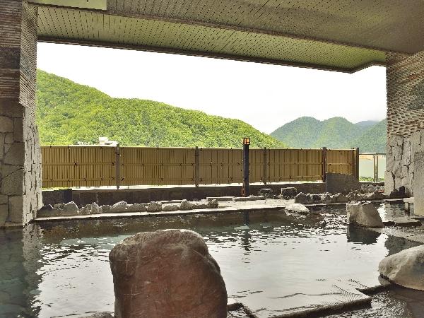 定山渓温泉の心地よい風を感じる露天風呂