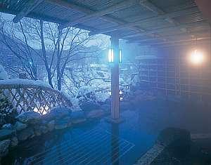 しんしんと降り積もる雪を眺めながら入る冬の露天風呂