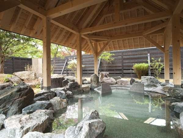 季節ごとに最適な温度に保たれ、音楽と共に楽しめる露天風呂。