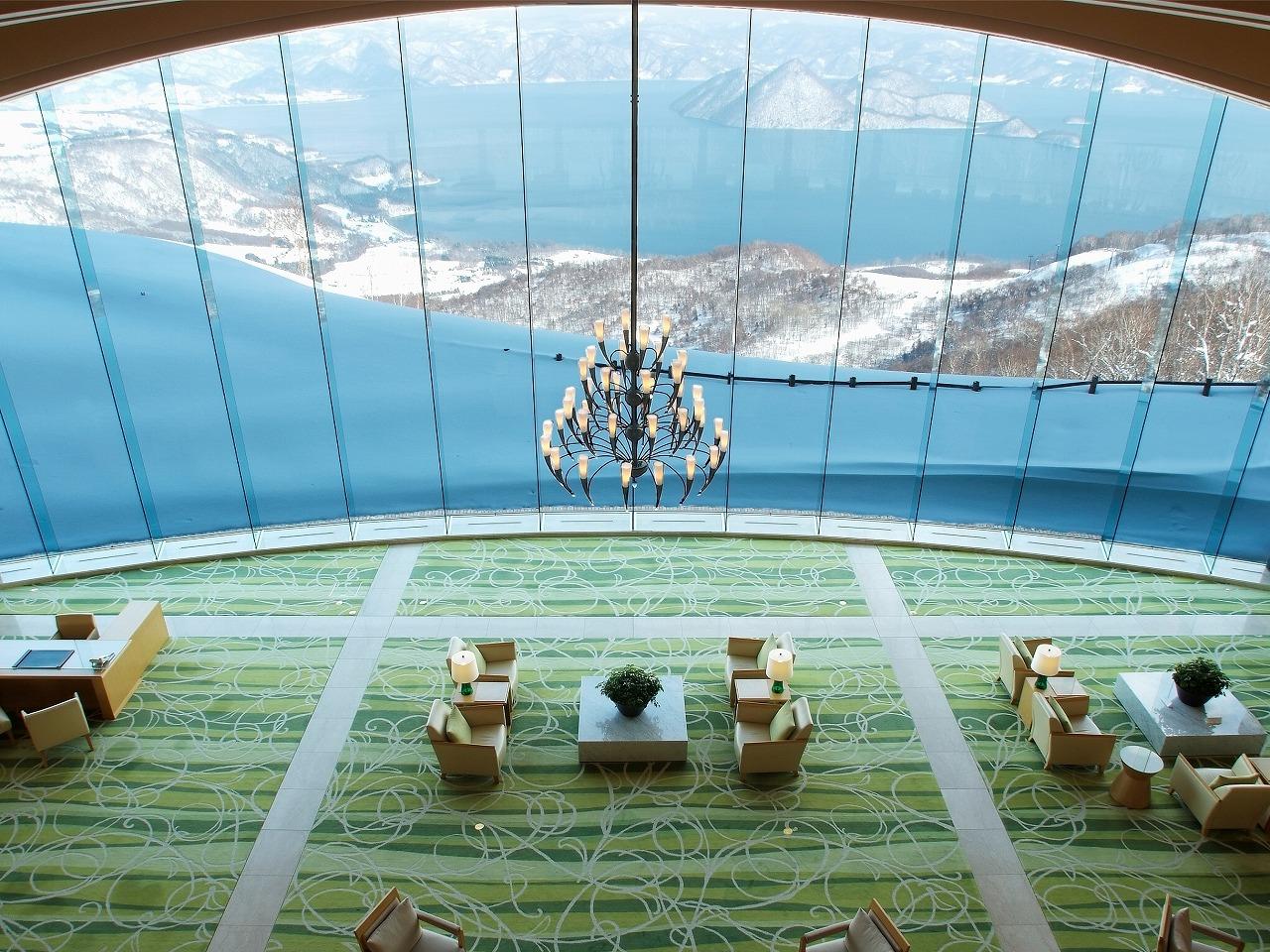 メインロビーでは洞爺湖を眺めながらハープの生演奏を聴きことができる