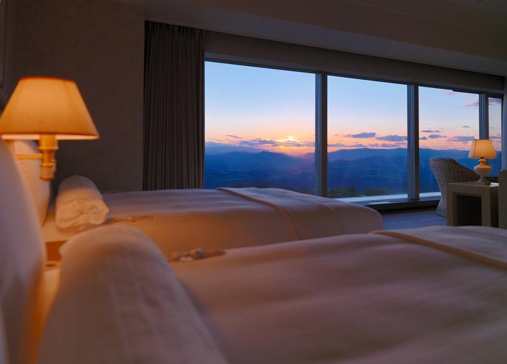 部屋の大きな窓からは雄大な洞爺の自然を眺めることができる