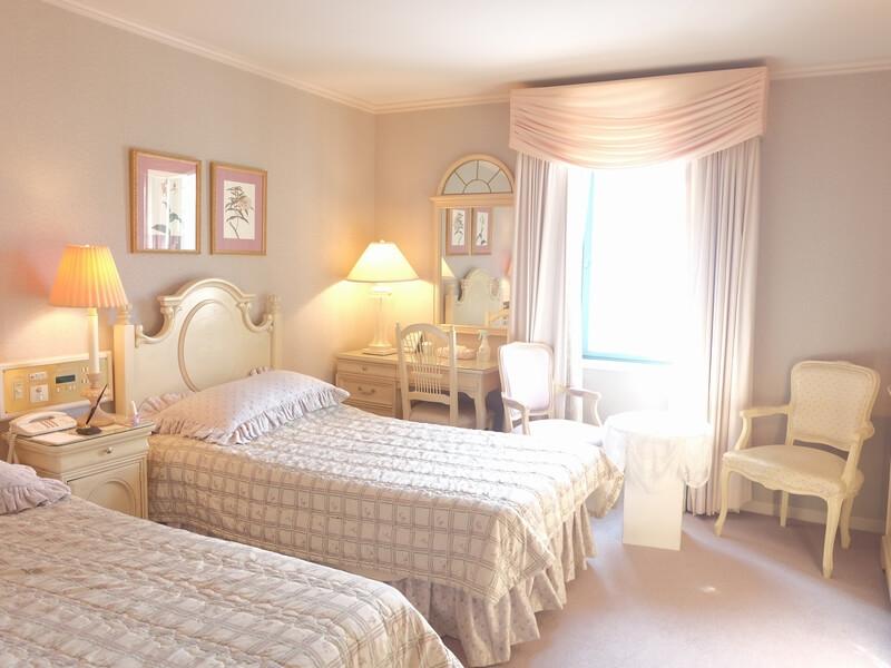 ヨーロッパ調の家具が並ぶ部屋