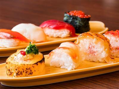 目でも楽しめる飾り寿司や鉄板焼きが味わえる夕食ビュッフェも魅力