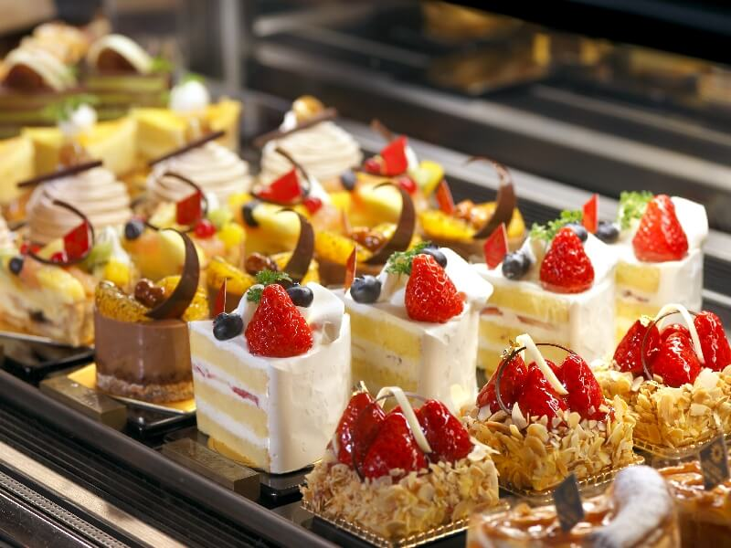 ペストリーブティック「ポピンズ」ではパティシェ特製ケーキが並ぶ