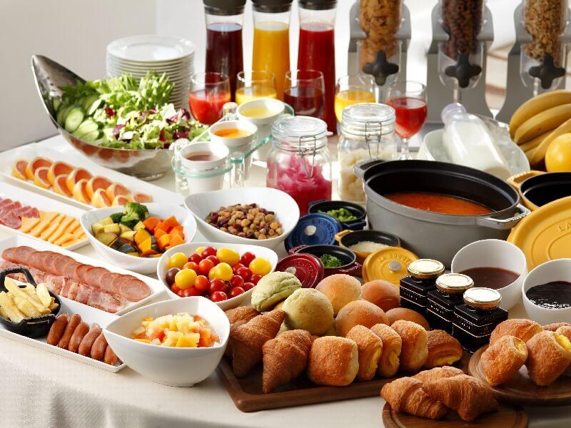 朝食は和洋約80種類のバイキング形式と和定食の2種類