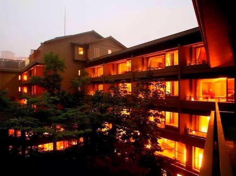 滝のある日本庭園や伝統を受け継いだ料理が自慢の老舗割烹旅館