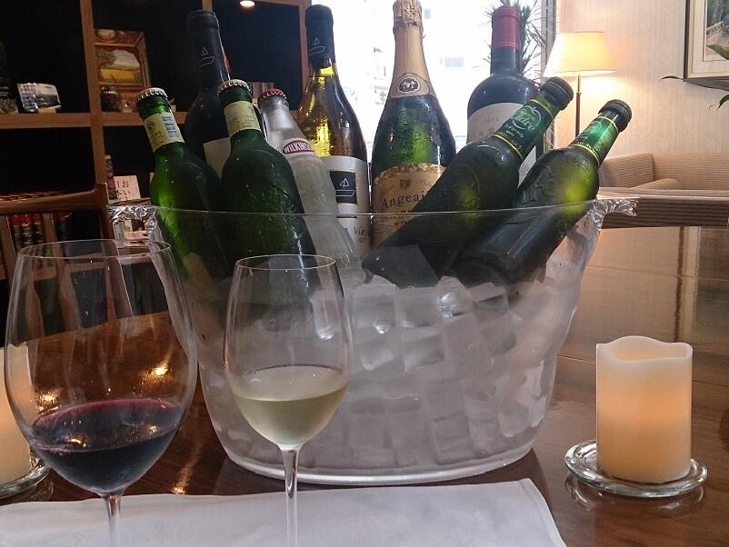 ラウンジではスパークリングワインが無料で味わえる