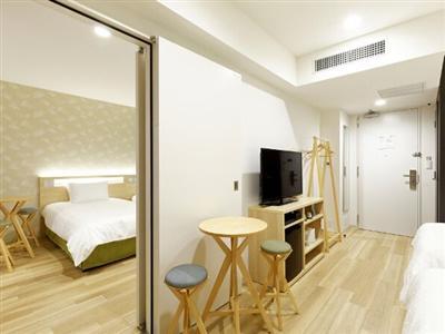 木の風合いを生かした広々設計のコネクティングルームは最大6名まで