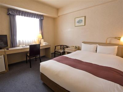 スタンダードダブルの客室には140センチサイズのベッドを設置。