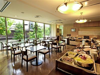 自然光が差し込むレストランで和洋食のバイキングをお楽しみいただけます。