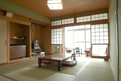 無駄のないシンプルな造りの客室。アメニティなども充実している