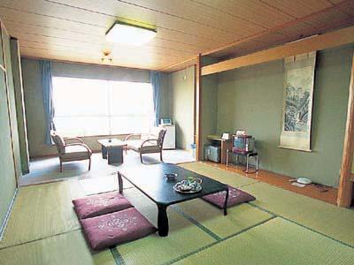 シンプルで清潔感のある和室 川側のお部屋は眺めも抜群です!