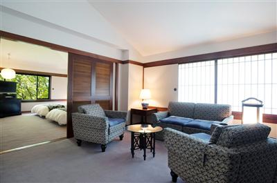 家具や照明は飛騨高山の特注品
